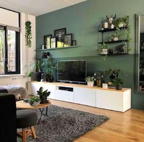 56. Vasos de plantas para decoração de sala verde com tapete felpudo cinza – Foto: Pinterest