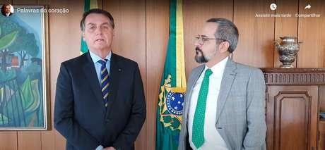 Jair Bolsonaro ao lado do agora ex-ministro da Educação Abraham Weintraub