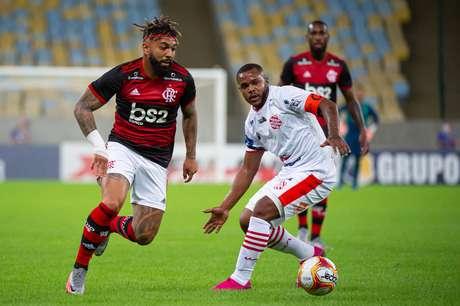 Gabigol tenta a jogada contra o Bangu em jogo pelo Campeonato Carioca