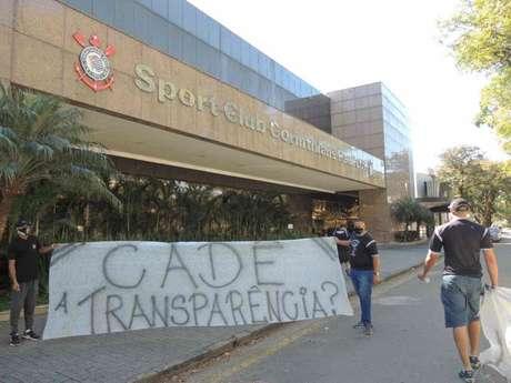 Gaviões da Fiel realizou protesto em frente ao Parque Saõ Jorge nesta sexta-feira (Foto:Divulgação/Gaviões da Fiel)