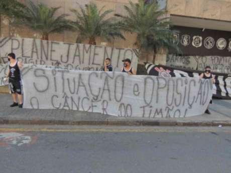 Gaviões protestou na sede do clube (Foto:Reprodução/Gaviões)