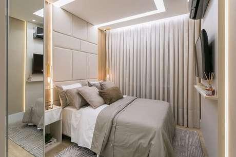 3. O criado mudo branco se harmoniza perfeitamente com a decoração do quarto de casal. Fonte: SharonFliter Arquitetura e Interiores
