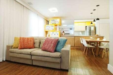 2. Sofá 2 lugares retrátil na cor bege com almofadas coloridas – Via: Serra Vaz Arquitetura