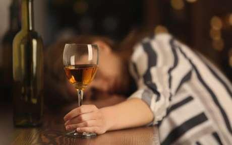 Largue o vício da bebida com a ajuda das simpatias - Crédito: Africa Studio/Shutterstock