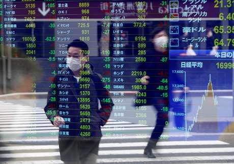 Pedestres caminham pelas ruas de Tóquio 17/03/2020 REUTERS/Issei Kato