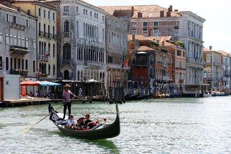 Turistas passeiam em gôndola em Veneza 21/06/2020 REUTERS/Fabrizio Bensch