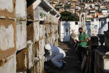 Sepultamentos de pessoas suspeitas de morte pelo Covid – 19, realizados no cemitério do Catumbi, Centro do Rio, neste sábado (18).