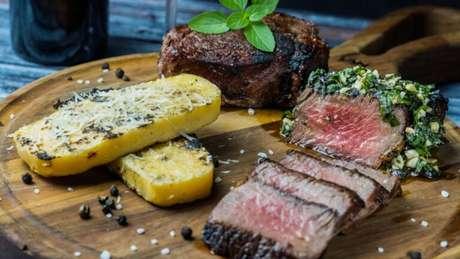 Guia da Cozinha - Receita sofisticada de baby beef com polenta tostada e molho pesto de manjericão