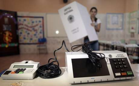 Funcionária da Justiça Eleitoral instala urna eletrônica em local de votação em escola de Brasília 25/10/2014 REUTERS/Ueslei Marcelino