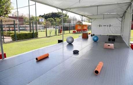 Clube montou tendas no campo e espalhou equipamentos para exercícios - FOTO: Rubens Chiri/saopaulofc.net