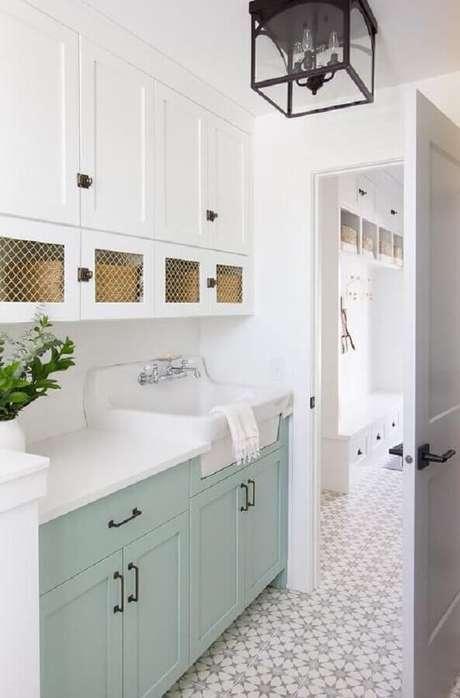 13. Armário de lavanderia planejado na cor verde menta e branco – Foto: DecorPad