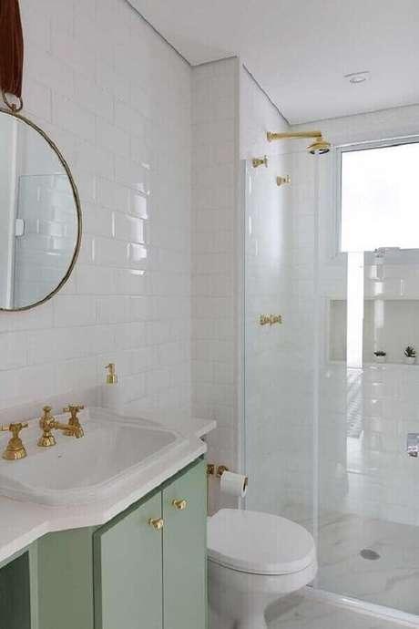 14. Os detalhes em dourado deixam o banheiro verde menta e branco mais sofisticado – Foto: Pinterest