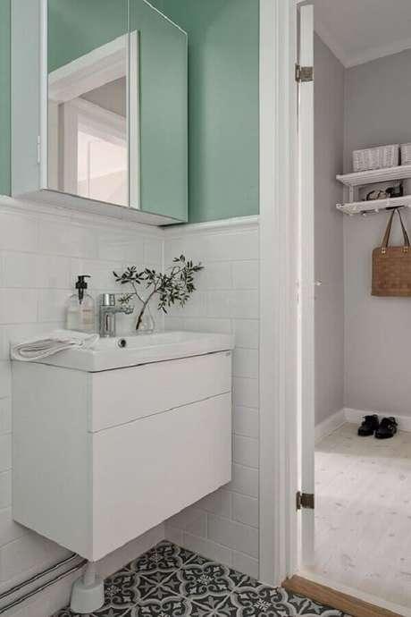15. Decoração simples para banheiro branco com verde menta parede – Foto: Pinterest