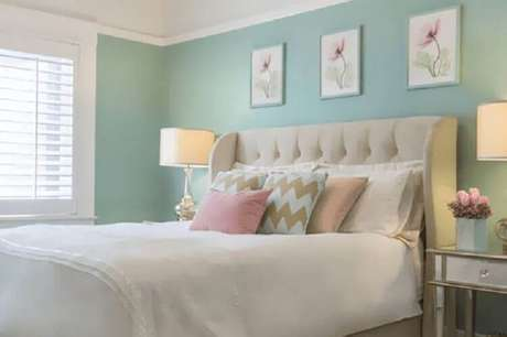 7. Cor verde menta e branco para decoração de quarto de casal com cabeceira capitonê – Foto: Vida de Casada