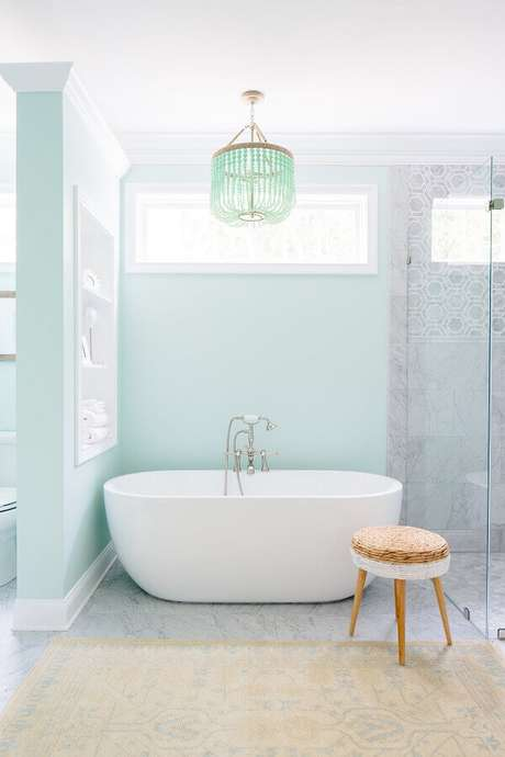 20. Paleta verde menta para decoração de banheiro com banheira e lustre – Foto: Houzz