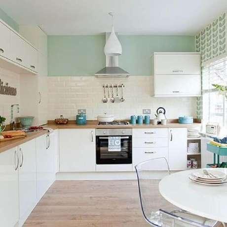 3. Decoração para cozinha planejada branca com parede pintada com tinta verde menta – Foto: Ideal Home