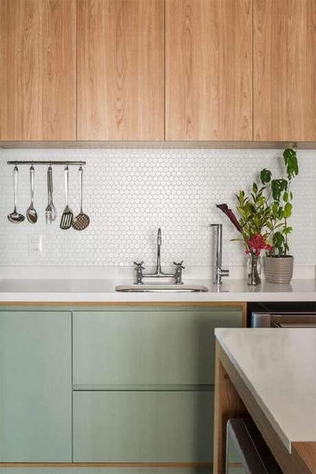 22. Invista em detalhes de madeira para a cozinha verde menta ficar ainda mais acolhedora – Foto: limaonagua