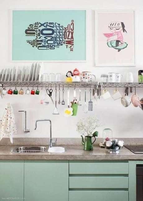 24. Decoração de cozinha simples com gabinete verde pastel – Foto: Pinterest