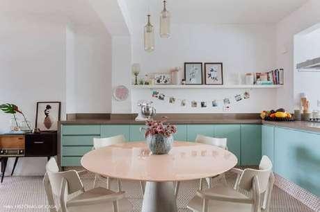 25. cozinha verde menta moderna decorada com mesa redonda – Foto: Histórias de Casa