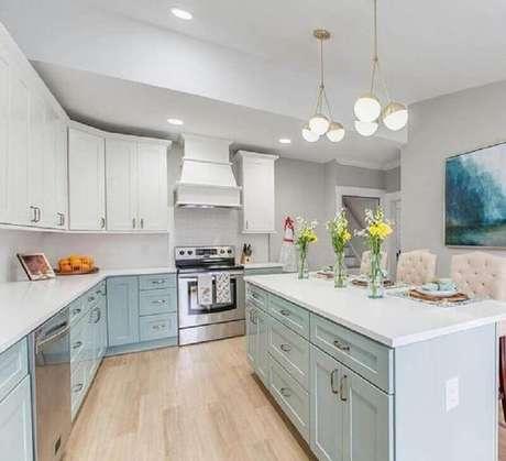 26. Decoração clássica para cozinha verde menta e branca com ilha central – Foto: Etsy