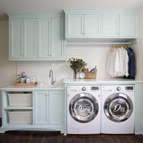 27. Decoração com estilo clássico com armários em verde pastel planejados para lavanderia – Foto: Etsy