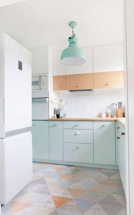 28. Decoração delicada para cozinha verde menta e branca com piso colorido – Foto: Ideias Decor