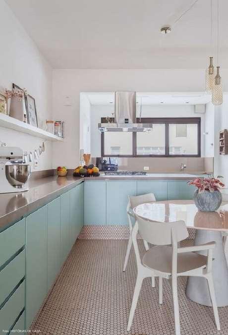 31. Cozinha verde menta decorada com armários planejados e mesa de redonda – Foto: Histórias de Casa
