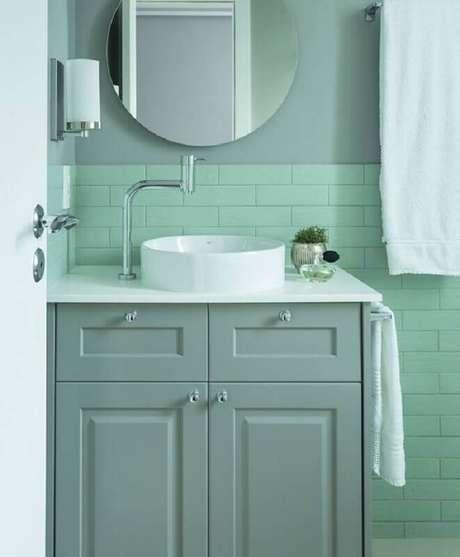 11. Decoração de banheiro na cor verde menta e cinza – Foto: Archzine