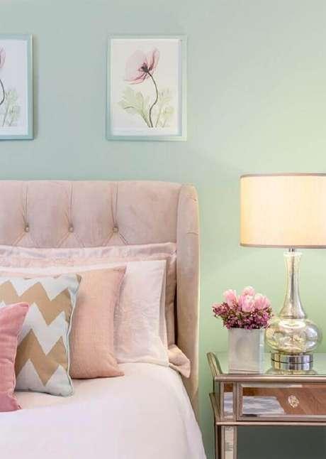33. Decoração romântica para quarto verde menta com cabeceira capitonê e criado mudo espelhado – Foto: House of Turquoise