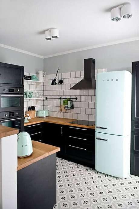 10. Decoração para cozinha preta planejada com eletrodomésticos na cor verde menta – Foto: Achados de Decoração