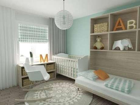 37. Decoração para quarto bebê verde menta e branco com tapete redondo e cadeira eames de balanço – Foto: Pinterest