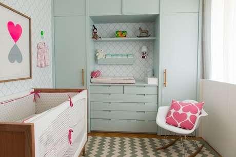38. Quarto bebê verde menta e rosa decorado com guarda roupa planejado e tapete chevron – Foto: Detalhes do Céu