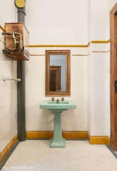 42. Decoração simples para banheiro branco com pia na cor verde menta – Foto: Histórias de Casa