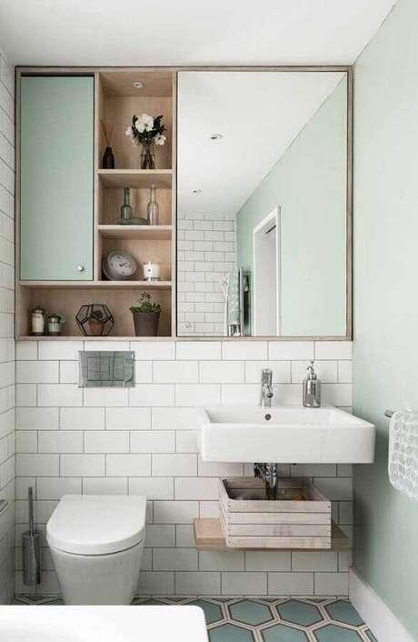 43. Decoração simples para banheiro verde menta e branco com espelheira – Foto: Pinterest