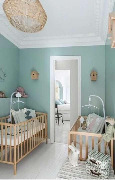 44. Quarto de bebê verde menta e branco decorado com berços de madeira – Foto: We Love It