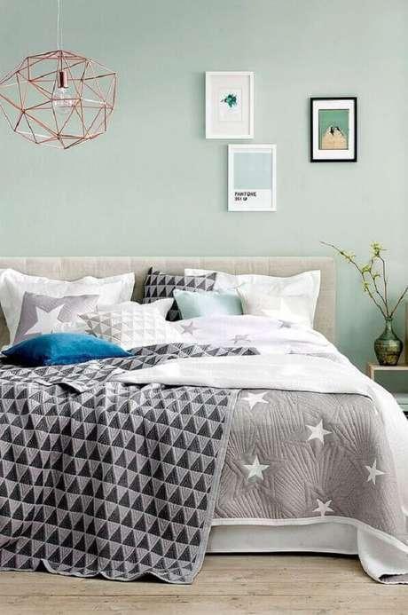 45. Decoração para quarto verde menta com cabeceira cinza e luminária aramada rose gold – Foto: Pinterest