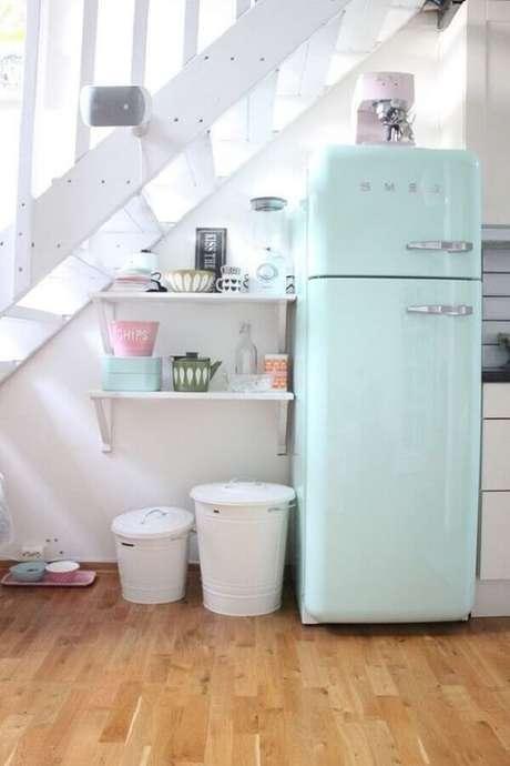 46. A geladeira verde menta garante um toque retrô para a decoração – Foto: Almanaque da Mulher