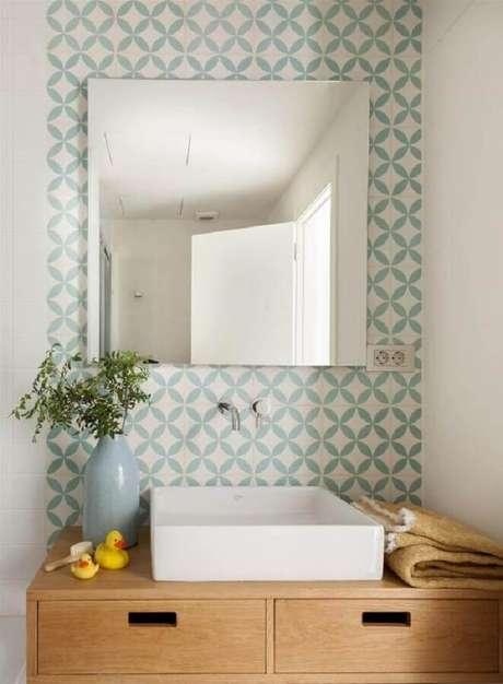 47. Papel de parede verde menta e branco para decoração de lavabo com bancada de madeira – Foto: El Mueble