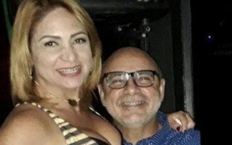 Márcia Oliveira Aguiar posa com o marido Fabrício Queiroz
