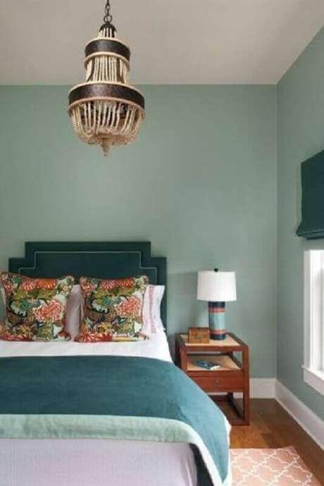 48. Paleta verde menta para quarto decorado com lustre arrojado e cabeceira estofada – Foto: Conexão Décor