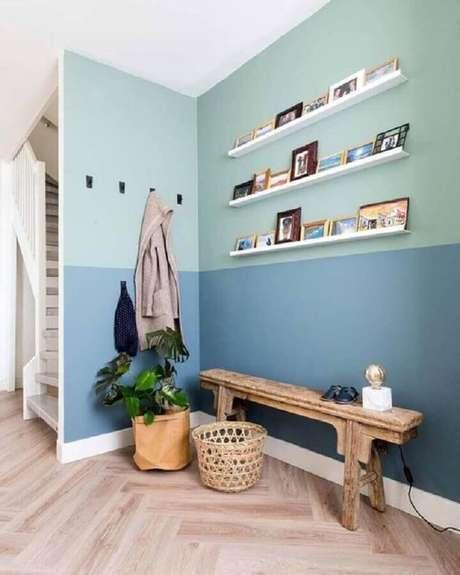49. Decoração com banco de madeira rústico e parede pintada com tinta verde menta e azul – Foto: Pinterest