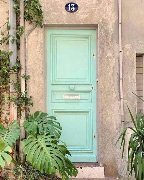 50. Porta de entrada pintada com tinta verde menta – Foto: Blog Gosto Disto
