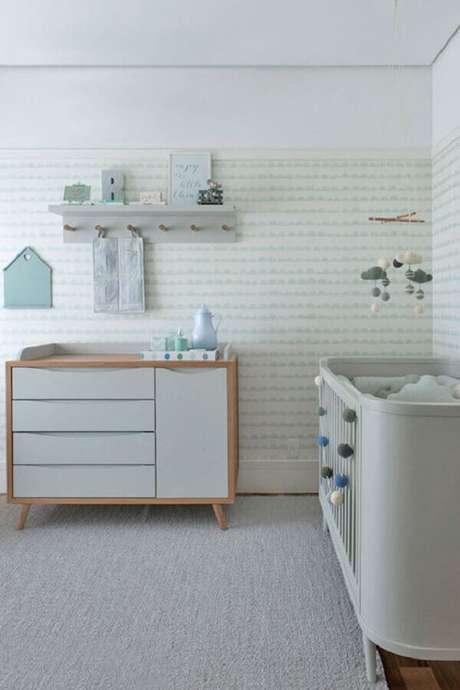 52. Papel de parede verde menta e branco para decoração de quarto de bebê moderno – Foto: Telas & Papel