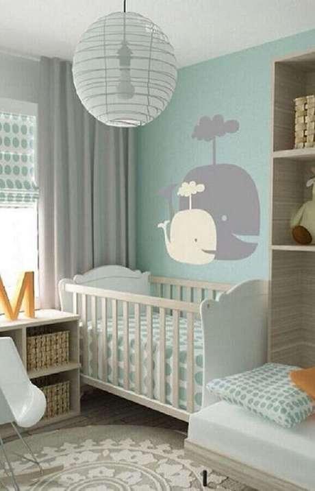 9. Decoração de quarto de bebê verde menta com adesivo de baleia na parede – Foto: Archzine