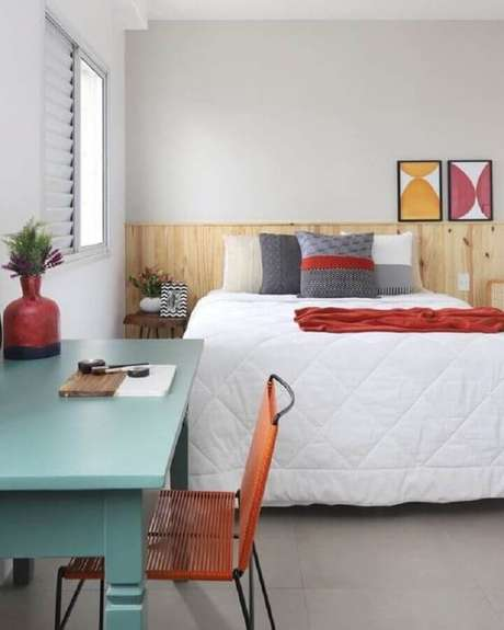 53. Quarto decorado com cabeceira de madeira e escrivaninha verde menta – Foto: Pinterest