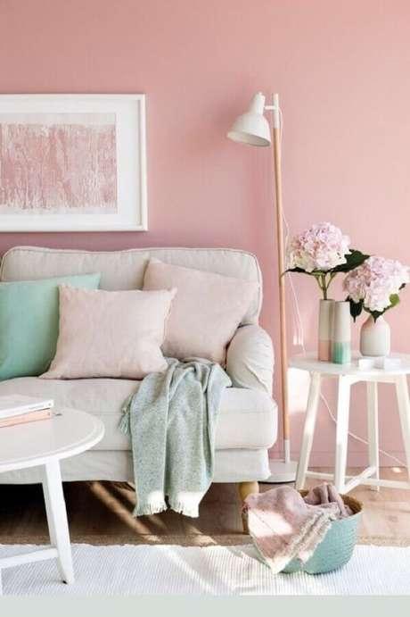 5. Sala decorada em cor de rosa com a cor verde menta e detalhes – Foto: Etsy