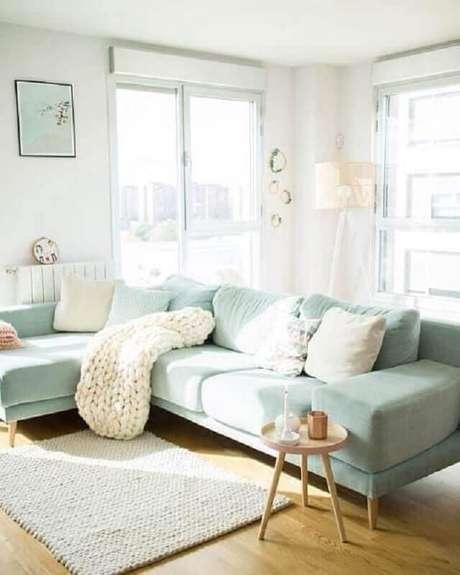55. Decoração de sala branca com tecido verde menta para sofá com chaise – Foto: Archilovers