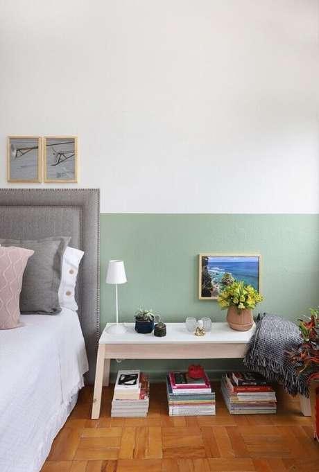 56. Verde menta parede para decoração de quarto simples com cabeceira cinza – Foto: FNCR Arquitetura