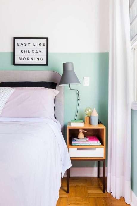 57. Tinta verde menta para parede de quarto decorado com luminária cinza e criado mudo pequeno de madeira – Foto: Pinterest