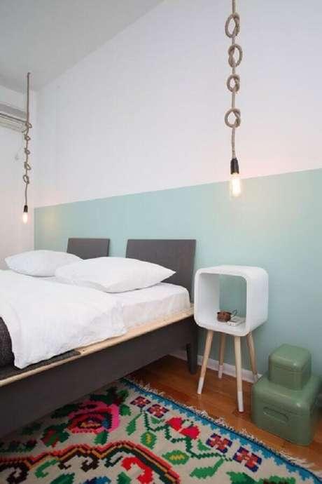 59. Quarto verde menta decorado com cama cinza e tapete colorido – Foto: Archilovers